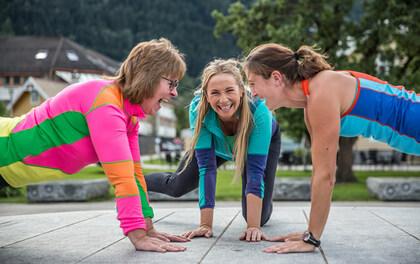 Glade jenter som trener