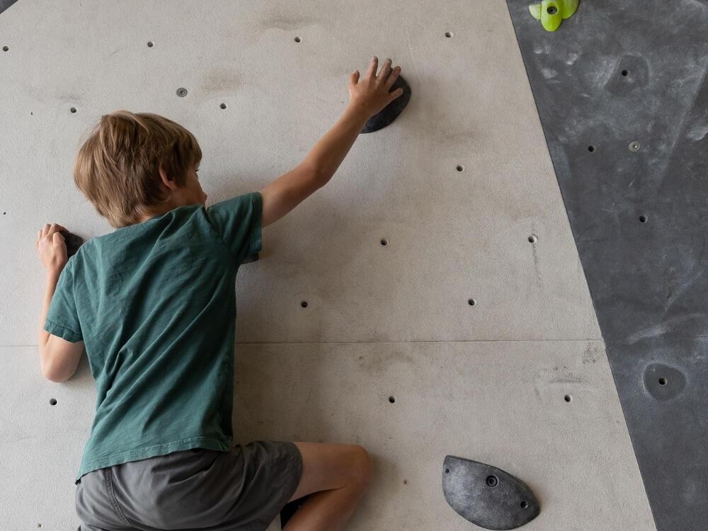 gutt i klatreveggen